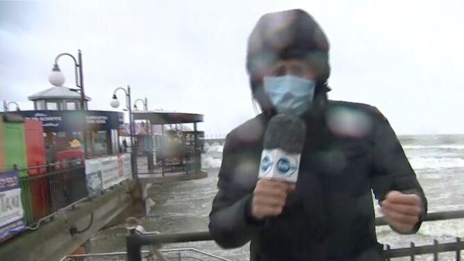Sztorm na Bałtyku. Zobacz, jak reporter TVN24 walczy z naporem silnego wiatru