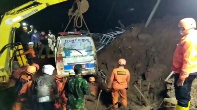 Trwała akcja ratunkowa po jednym, zeszło kolejne. Osuwiska zabiły 11 osób, uwięziły karetkę