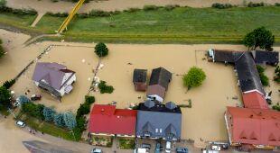 Woda przerwała wał przeciwpowodziowy w miejscowości Łapanów