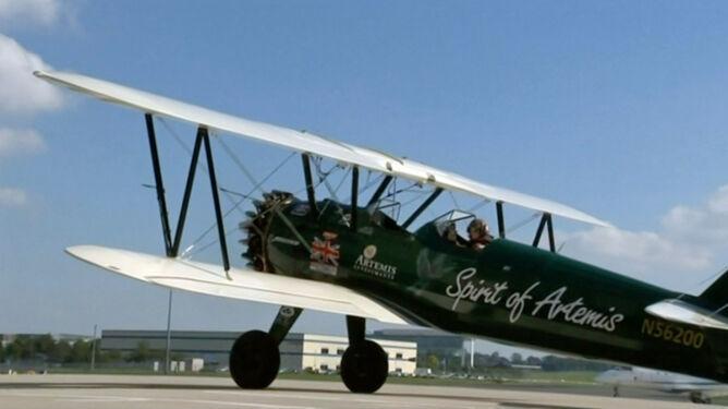 Powtórzy historyczny lot sprzed 85 lat. <br />Dwupłatowcem przez pół świata